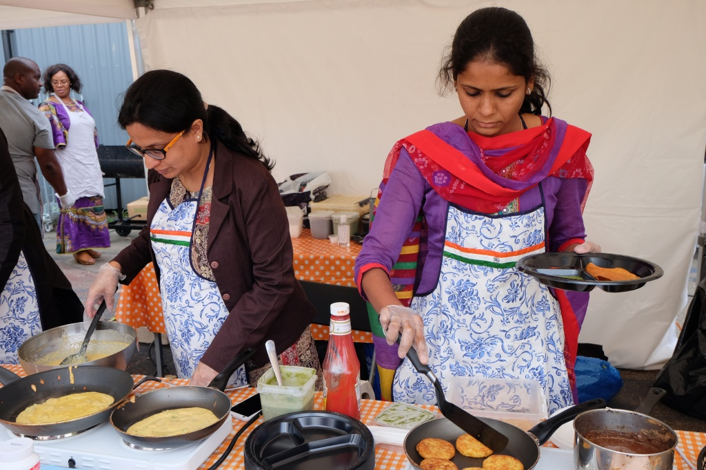 Yesha och Ridhima lagar mat.
