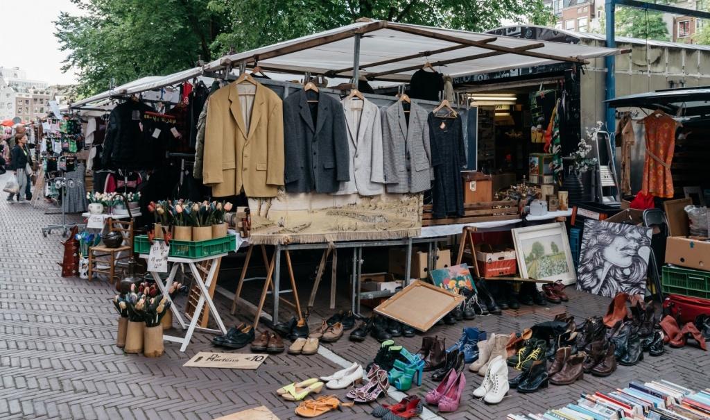 Loppmarknad med kläder