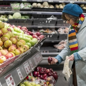 Beda köper äpplen i butik